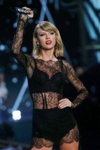 defile-victoria-s-secret-2014-taylor-swift-en-sous-vetements_5163107