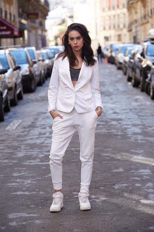 blazer-blanc-top-court-gris-fonce-pantalon-de-jogging-blanc-baskets-montantes-original