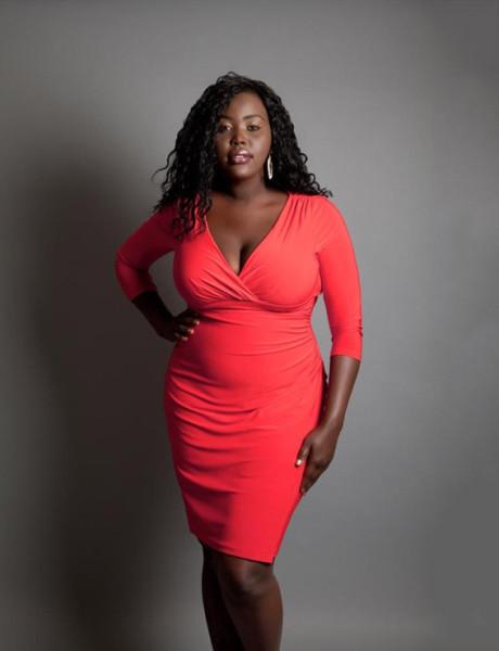 sunday Omony en robe rouge